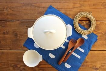 鮮やかな色使いが魅力的で、白と青のコントラストが素敵なデザインは、どんなインテリアにも合い、食卓でランチョンマットとして使えば、白い器を引き立ててくれそう。
