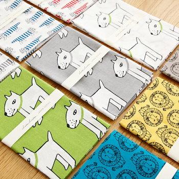 スウェーデンを代表する、陶芸家、デザイナーの「LisaLarson(リサラーソン)」。多くのデザインを生み出していますが、仲でも動物のキャラクターが人気で、その一部が手ぬぐいに。