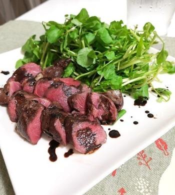 天然のお肉の美味しさをそのまま味わえるのは、シンプルに焼くだけが1番。ソースは赤ワインとワインビネガーで大人な味わいに仕上げましょう。