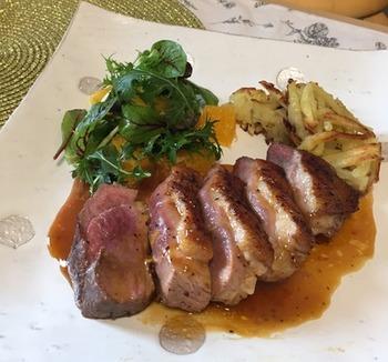 フランス料理によく出てくる鴨のソテーもお家で簡単に出来ちゃいます!  鴨肉と相性抜群なオレンジソースに使うフォンドボー(子牛の肉や骨でとっただし汁)は、スーパーなどに売られている市販のものを使いましょう!