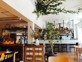 北欧系ジビエ料理が食べられる『SOHOLM(スーホルム)』。インテリアショップ「ACTUS(アクタス)」が運営してるレストランだけあって、内装はとても洗練されていてオシャレです。