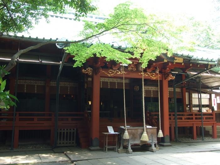 千代田線の赤坂駅や日比谷線・大江戸線の六本木駅から徒歩10分ほどのところにある「赤坂氷川神社」。951年(天暦5年)に創建され、1,000年以上の歴史をもつ神社です。恋愛成就の神社としても有名ですが、恋愛以外にもさまざまなご縁が授かれるといわれています。関東大震災や東京大空襲の被災を奇跡的に免れた貴重な建物で、大きな雲形組物などの意匠も凝っていて見ごたえがありますね。