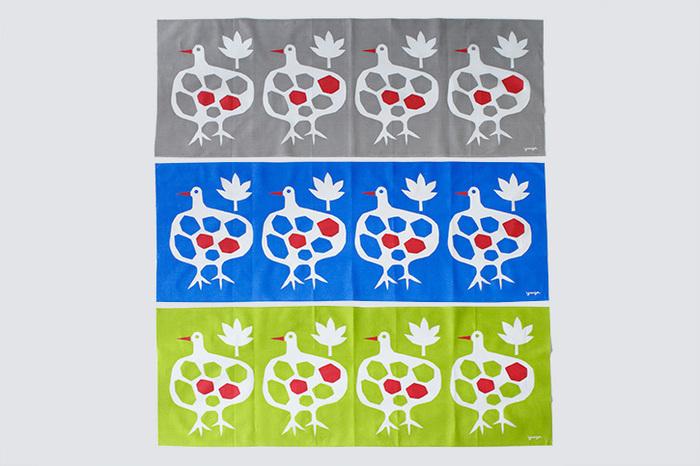 人がにっこりする絵をテーマとして切り絵作家の活動をされているYUYA氏と奥様で料理研究家のスパロウ圭子氏の共同アトリエ「アトリエ・フォーク」の手ぬぐい。4羽の鳥が横を向いて並んでいるデザインが可愛らしい「大きな鳥」の手ぬぐいは、くちばしや羽に赤の差し色が入り、背景は「グレー」「ブルー」「グリーン」の3色あり、どれも魅力的。