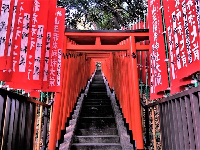 千本鳥居で有名な「山王稲荷大神」にも足を運んでみましょう。日枝神社裏手にある神社で、さまざまな生業(なりわい)の繁栄や、あらゆるお願いごとに応えてくれるとされています。真っ赤な鳥居の間の階段を一歩ずのぼっていくと、神秘的な雰囲気に包まれます。