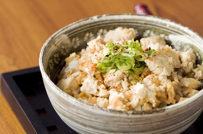 タモリさんが考案した「豆腐丼」は、とても簡単に作れておいしいと評判です。食べたくなったら、スーパーで買ってきて作ったとしてもスピーディーです。また、タモリさんが考案した基本のレシピにプラスすれば、アレンジレシピを無限大に楽しめます。