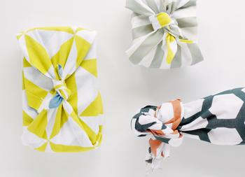 表地と裏地の色が違うだけで、たった一枚で刺し色のような使い方ができ、包みとしてオシャレな雰囲気に。
