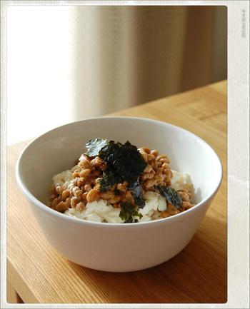 絹ごし豆腐と納豆だけの、シンプルな豆腐丼です。味付けは納豆に付いているタレとごま油だけなので、かなり時短できるレシピです。