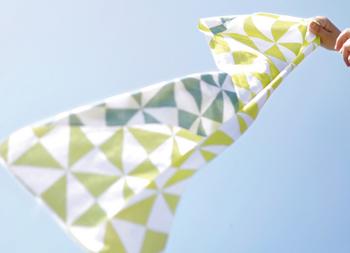 シンプルながらハイセンスなデザインも魅力的で、例えばこちらは、光り輝くような春の風を表す季語の「風光る」。