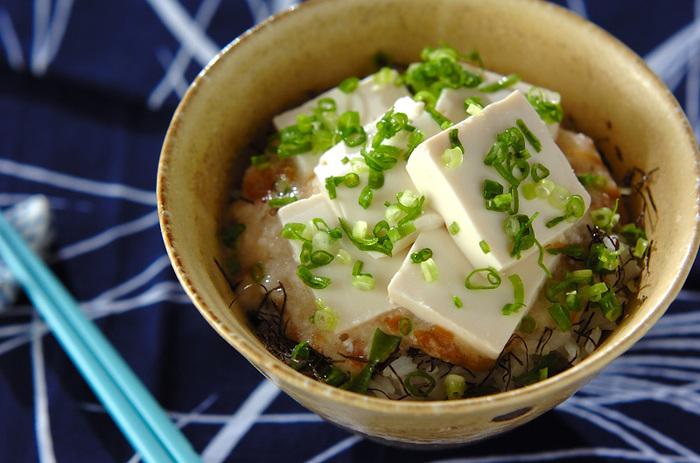 長芋のすりおろしと、ナメタケを混ぜ合わせたものをご飯のうえにのせて、食べやすくカットした絹ごし豆腐を。トロトロの豆腐丼は、さっぱりといただけます♪