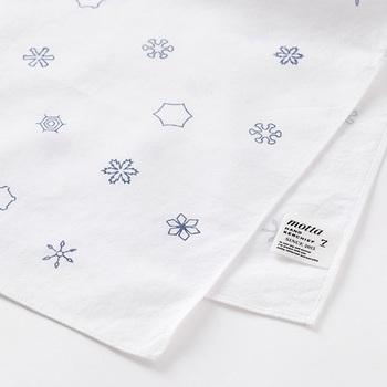 様々な雪の華が散る、シンプルでモダンなハンカチです。織りには小さなドット模様が入っており、男女どちらでも持ちやすい繊細な仕上がりになっています。