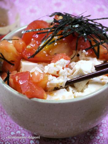 コチュジャンとトマトを混ぜ合わせて、ちょっぴり辛めの豆腐丼。お子さんいるご家庭では、子どもの分はコチュジャンなしで調整しましょう。
