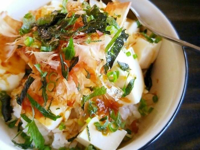 豆腐丼は、温かいご飯のうえに豆腐とほかの食材をのせて、調味料をかけたらご飯と混ぜながらいただく、簡単でヘルシーな丼です。