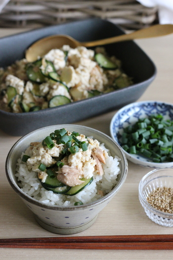 食材をビニール袋で混ぜて作る豆腐丼。具から出る水分を活かした調理方法です。これなら1人分から簡単に作れそう♪