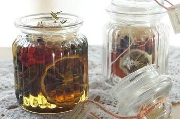 お花やフルーツを入れたガラスのクッキージャーにオイルを注ぎこんだ手作りのアロマディフューザーです。香りを楽しみたい時はフタを開けて、それ以外は閉めておけるので気分に合わせて楽しめそうです。