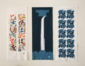 3種類の手ぬぐいは、どれも綿100%でサイズは縦900×横360mm。デザインは画像左からカラフルな「いろは文」、芹沢視の作品の中でも名作と人気の高い「御滝図」。糸の文字をあしらった「布文字糸文」。インテリアとしてもどれも魅力的で、すべて揃えたくなりそう。