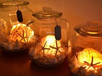 ガラスの特性を生かして中にランプをいれたクッキージャーです。ぼんやりとしたランプの灯りがやさしいですね。中に入れるランプはホームセンターや100円ショップで販売されているポンライトを使うと簡単に楽しめます。またイルミネーションを使うと違った楽しみ方ができそうです。