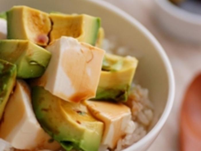 アボカドと豆腐を食べやすい大きさに切って、温かいご飯にのせるだけの簡単スピーディー。アボカドが好きな方は、ぜひお試しください♪