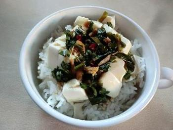 にらとねぎを刻んで調味料とあわせた自家製ソースを作り冷蔵庫保存。ソースが完成したら、豆腐とあわせてご飯にのせます。自分好みのソースを作っておけば、簡単に豆腐丼ができますね。