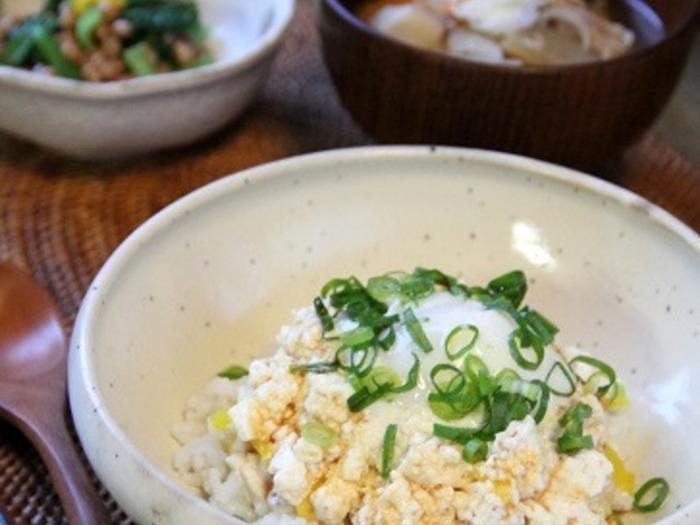 すり鉢でごまをすりつぶして、豆腐や刻み沢庵を加え混ぜます。ご飯のうえにのせたら、温泉卵も忘れずに。あっさりとした豆腐丼は、食欲がないときにも良さそうですね。