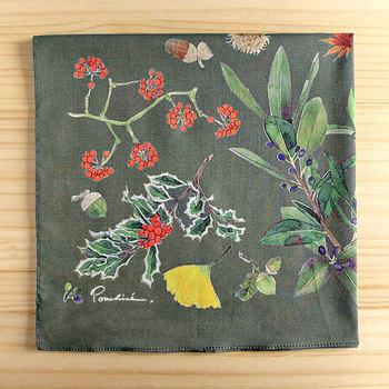 どんぐり、月桂樹、サンキライ、ヒイラギなどの木の実が、繊細な水彩画で描かれています。50cmの大判サイズは、ハンカチはもちろん、お弁当包みなどにも使えて便利。