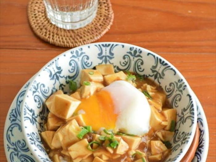 レトルトカレーをレンジで加熱して作るカレー豆腐丼です。加熱時間を加えても5分で完成するのがうれしいアレンジレシピ。