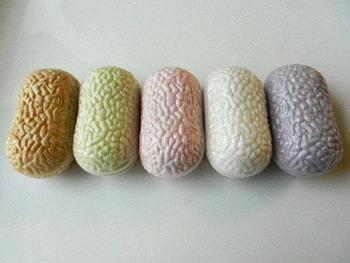 一口最中の形は繭を象っていて、5種類全て違う味、違う色味になっています。