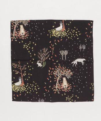 冬支度をする森の動物たちをイメージしたハンカチです。ストーリー性とクラフト感のある、大人可愛いデザインが◎。コットンリヨセル素材の、滑らかで心地よい風合いも魅力です。