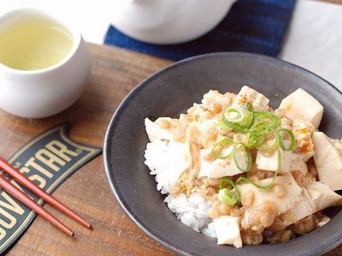 少材料、包丁いらずでつくれる豆腐丼です。レンジなどの熱源を使いますが、簡単調理なのが分かりやすい。ふわふわに仕上がる豆腐丼は、食べ応えもバッチリです。