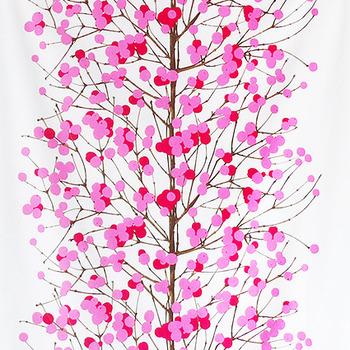 「雪イチゴ」を意味する幻想的なファブリック。細木に浮かぶふわふわの実が愛らしい印象です。冬といえば重いカラーや寒色が中心になる中、鮮やかなピンクがアクセント使いに重宝しそう。