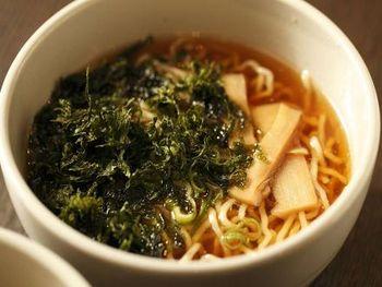 朝食には京都のおばんざいや湯豆腐、湯葉が並びます。 また、夜9~11時の時間帯には夜鳴きそばの提供というユニークなサービスも!あっさりとした醤油ラーメンが無料で頂けます。