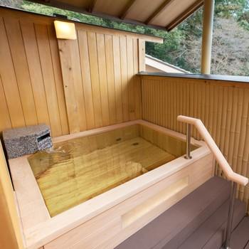 渡月橋のたもとにある「花筏」。愛宕山(あたごやま)が望める展望露天風呂の他、予約制の貸切露天風呂があります。温泉は源泉100%です。