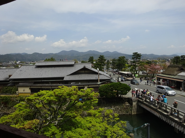 部屋からは渡月橋をはじめ、嵐山の街並みが一望できます。宿泊プラン以外にも、昼食や夕食付きの日帰りプランもありますよ。