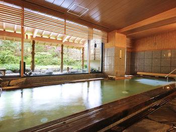 天然温泉の内湯と薬湯の露天風呂の他、5つの貸切風呂があります。予約は不要で、いずれも無料で利用できます。