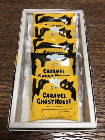 「黄色いゴーストが、一緒に住んでいる黒猫と大好きなキャラメルを毎日毎日コトコトと煮込んでいる」という、かわいらしいお菓子が、キャラメルゴーストハウスのクッキー。