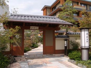 阪急嵐山駅から徒歩1分とアクセス抜群の「花伝抄」。22時間のロングステイができるカップルプランや、ウェルカムデザートやハーブティーの特典が付く女子旅プランなど、様々なプランがあるのも魅力です。