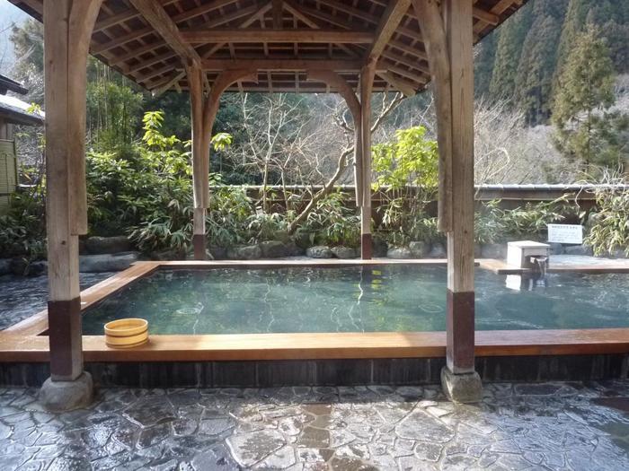 鞍馬の山々の中にあるくらま温泉は、秘湯のような雰囲気。露天風呂では四季折々の鞍馬の自然を眺めることができます。