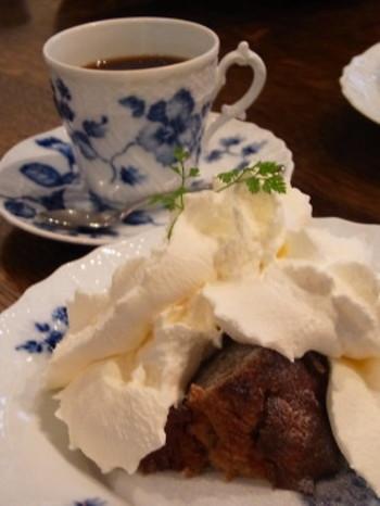 文学館見学と周辺散策を楽しんだあとは、近くにある「松原庵カフェ」でスイーツをいただくのがおすすめです。バナナケーキやスコーンなどの焼き菓子と、本格的なブレンドコーヒーを楽しむことができます。