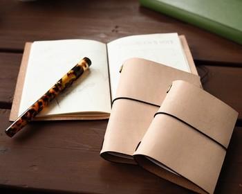 革の経年変化が楽しめるヌメ革を使用したノートカバー。つけてしまった傷や質感も、自分だけの味に変わっていきます。きちんとケアして、長く使ってあげたいですね。