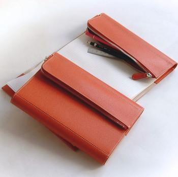 本革のノートカバーは、ちょっぴり特別感があり、使うごとに色や味わいが増していくので、長く使いたい人に特におすすめです。年々愛着がわいていきますね。