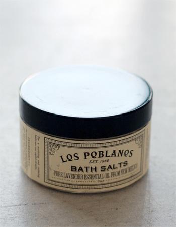ラベンダーの香りがお風呂いっぱいに広がる、ミネラル分をたっぷり含んだ死海の塩で作られた上質なバスソルト。ミネラル分とラベンダー油などの効果で肌が柔らかくもっちり仕上がります。バスソルトは発汗も促してくれるので、入浴タイムを香り高く贅沢に楽しむことができます。