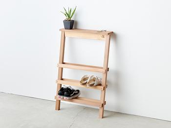 1人暮らしで使うなら、値段が安いのとスリムで省スペースに置けるものが◎。こちらのシューズラックは、薄型で壁に立てかけて使う便利な壁掛けタイプ。
