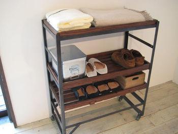 2人暮らしなら二人分の靴をおしゃれに収納する、木製×アイアン素材のシューズラックはいかがですか?コンパクトなサイズ感で、どんなお部屋にもぴったり。  キャスター付きで移動しやすいのもいいですね。