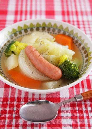 ザクザク切ってコトコト煮るだけの簡単レシピ。体の芯から温まり、ソーセージから出る旨味が野菜の甘みと相まってホッとする美味しさです。