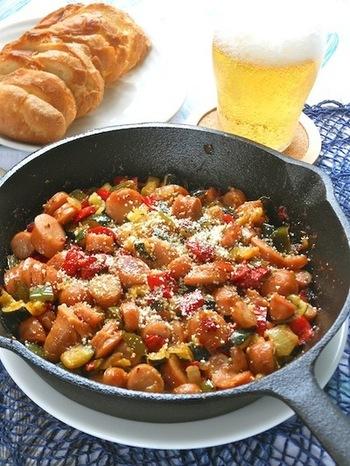 スキレットでそのままテーブルに出せちゃう見た目も可愛い「たっぷり野菜とこんがりソーセージのラタトゥイユ風」レシピ。バケットに乗せても美味しそう!