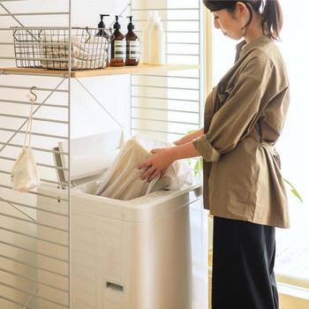洗濯機で洗う場合は、大きめのネットに入れると安定します。洗濯機に入らないラグは、コインランドリーを利用するか、自宅の浴槽で洗うという方法もありますよ。