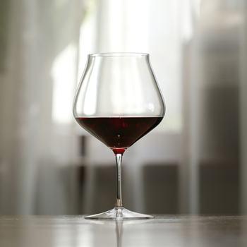 香りが楽しめそうな、ふくよかなシルエットのワイングラス。こちらはなんと傷害補償が付き。もし割ってしまっても安心の保証で一生使い続けられます。