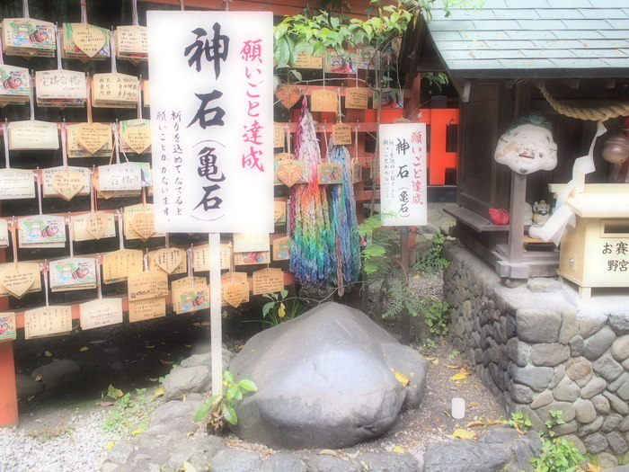 神社の中には「神石(亀石)」と表札のある大きな石があって、この石をなでながら願い事をすると、一年以内に願いが叶うそう。本殿と境内を回ってお参りを済ませてから立ち寄るのが◎