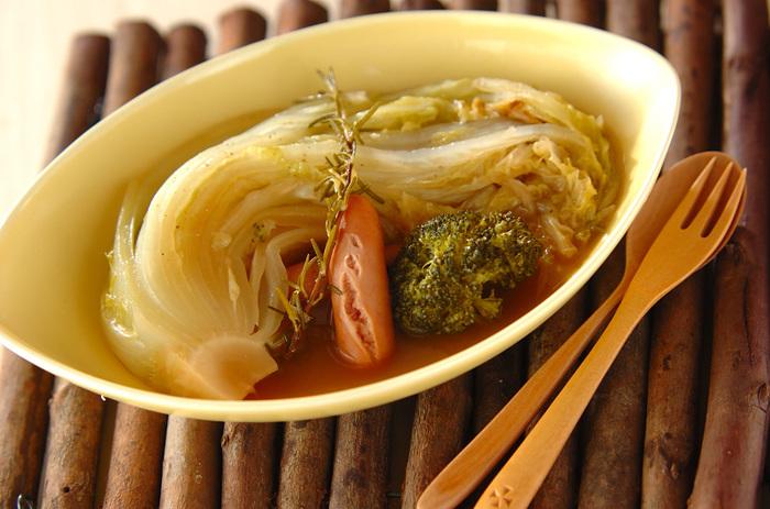白菜を刻まずソーセージと一緒に固形スープでクタクタになるまで煮込んだ「白菜のくったり煮」。ローズマリーがほんのり香り白ワインのお供にも良さそうです。寒い冬に手軽に作れるあったかレシピです。