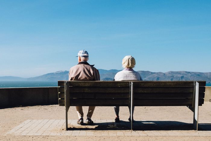 2017年の日本人の平均寿命は、女性が87.26歳、男性が81.09歳で共に過去最高を更新しています(2017年 厚生労働省調査)。世界的にみても日本は長寿国。今は長生きにも備える時代とも言われています。  定年が60~65歳だとすると、男性は約20年、女性は約30年もあります。公的年金だけで、それだけの年月を生活していけるのでしょうか。