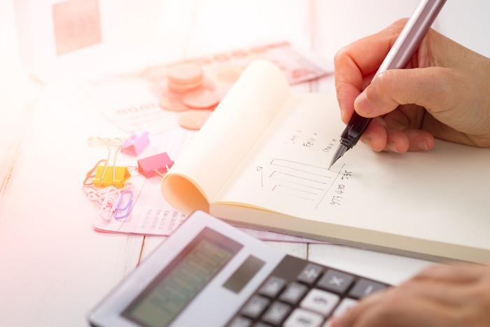 子供が社会人になればお金のかかる時期は卒業です。50~55歳から定年する60~65歳までの10年間で老後に向けた貯金を本格的に始めましょう。妻の外で働く時間を長くしたりなど、10年あればだいぶ貯めることができるはずです。  若い頃から、負担が大きい大学にかかる教育費と老後資金を並行して貯金するのが理想ですが、どうしても二重にするのが苦しいという場合はこの方法もおすすめです。